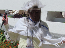 пока мы мирно сосуществуем вместе, и индейцы со своим вождем пришли встретить новичков Нового света своими ритуальными заклинаниями