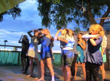 Диана и другие «французские» девчонки танцуют в честь губернатора своей колонии